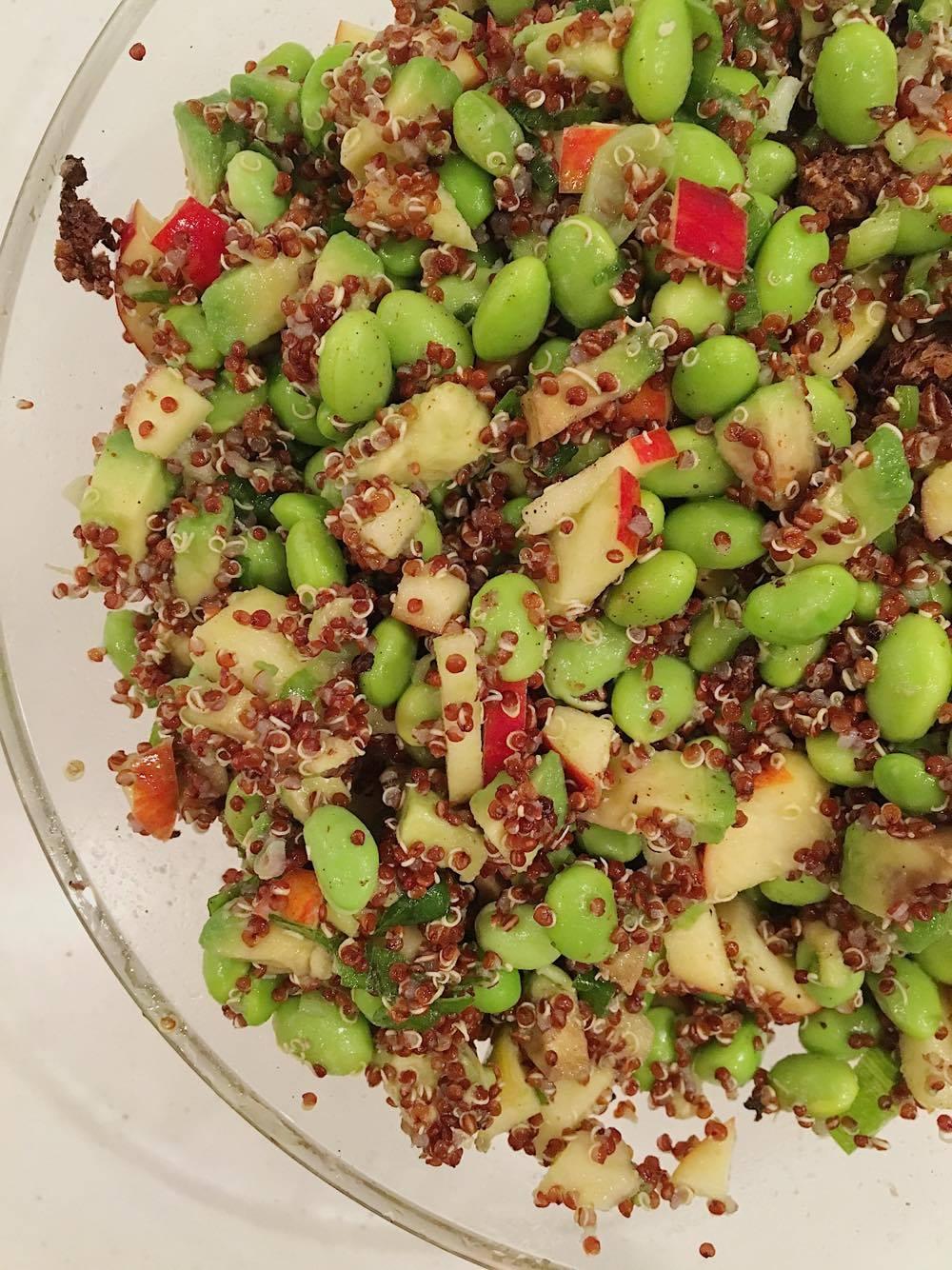 Quinoa salat med avokado og edamammebønner