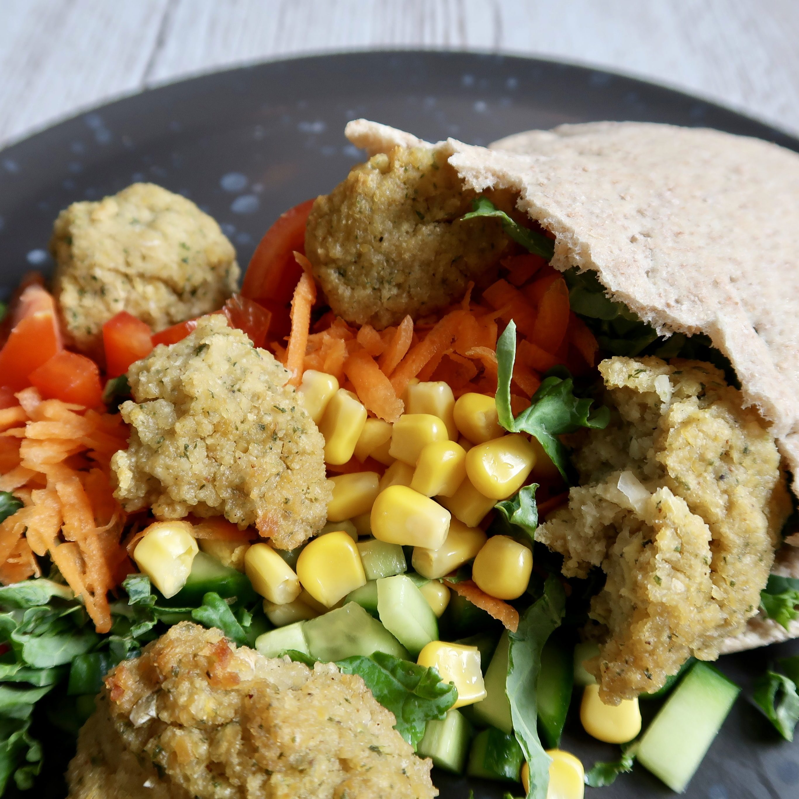 Pitabrød med smagsfulde couscousfalafler og farverige grøntsager