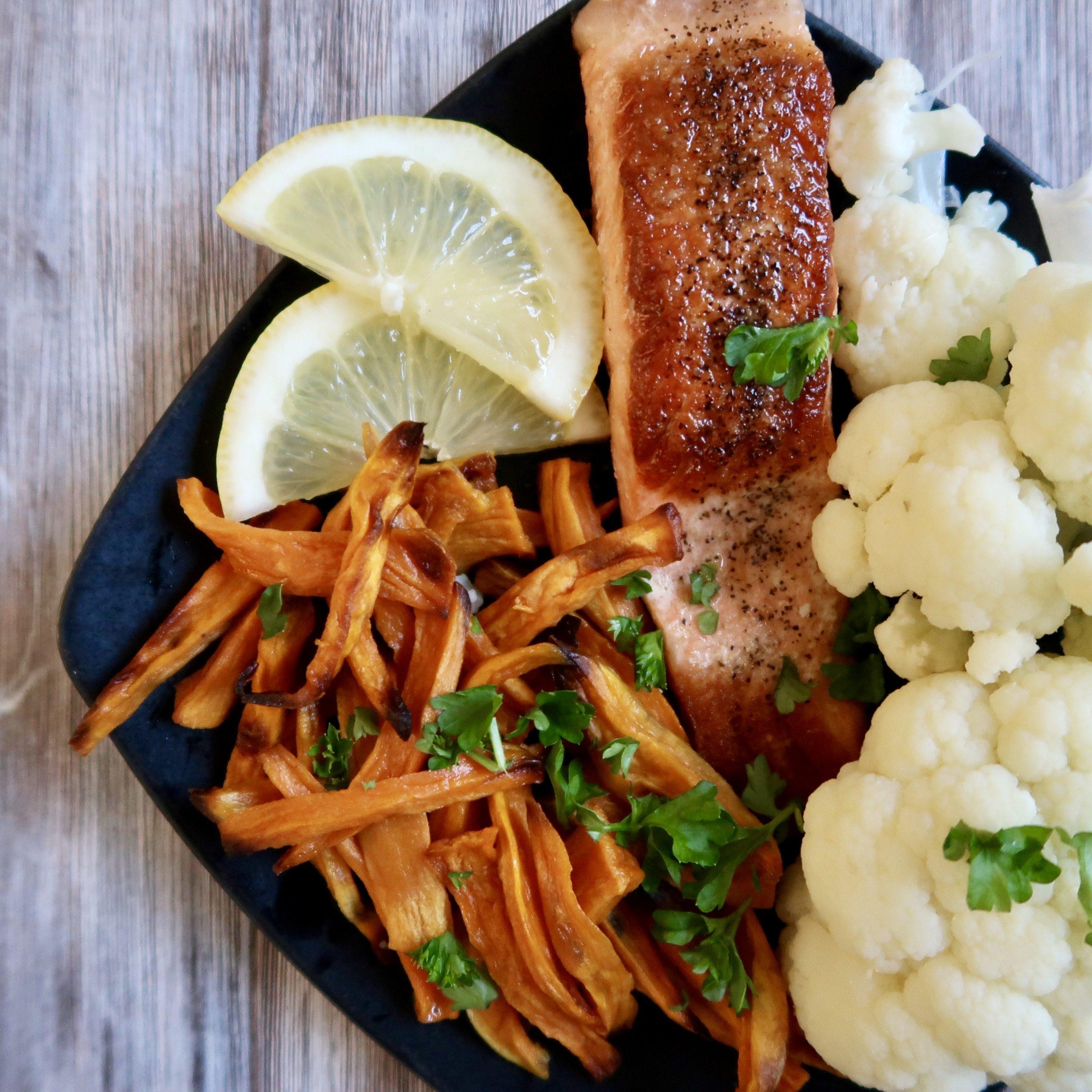 Sprøde søde kartoffel fritter m. grillet ørred og dampet blomkål